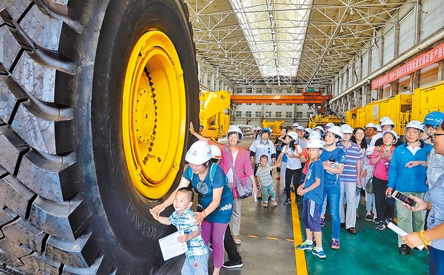 2017年6月10日,北京二七機車公司舉辦國企開放日主題活動,一百多名市民參觀這家有著120年歷史的國有企業。(新華社)