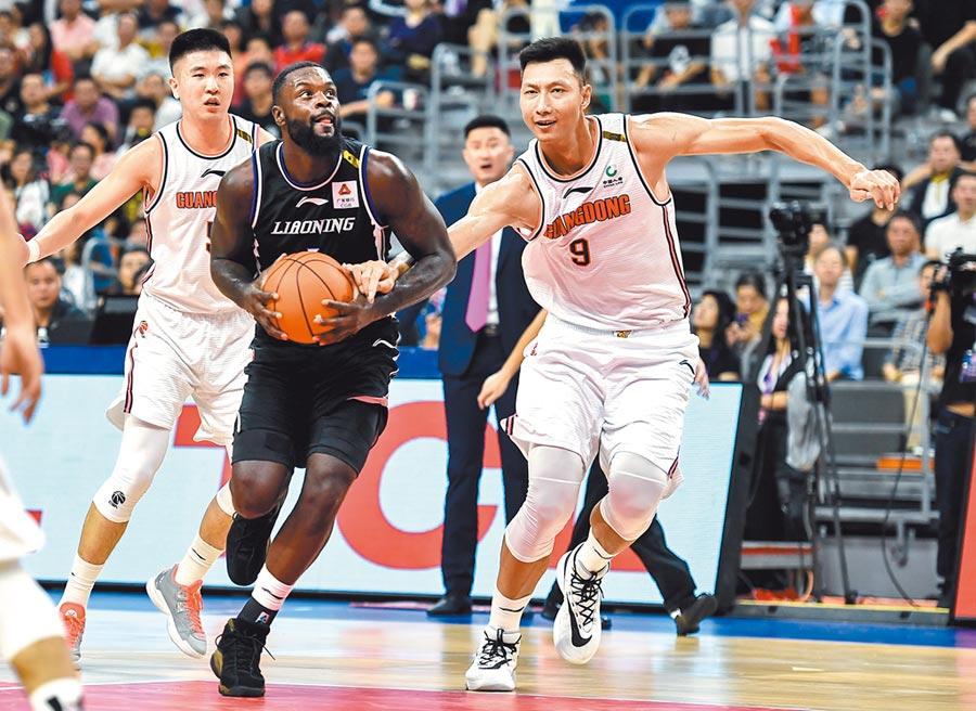 11月1日,廣東東莞銀行隊球員易建聯(前右)在比賽中防守遼寧本鋼隊球員史蒂芬森(前左)。(新華社)