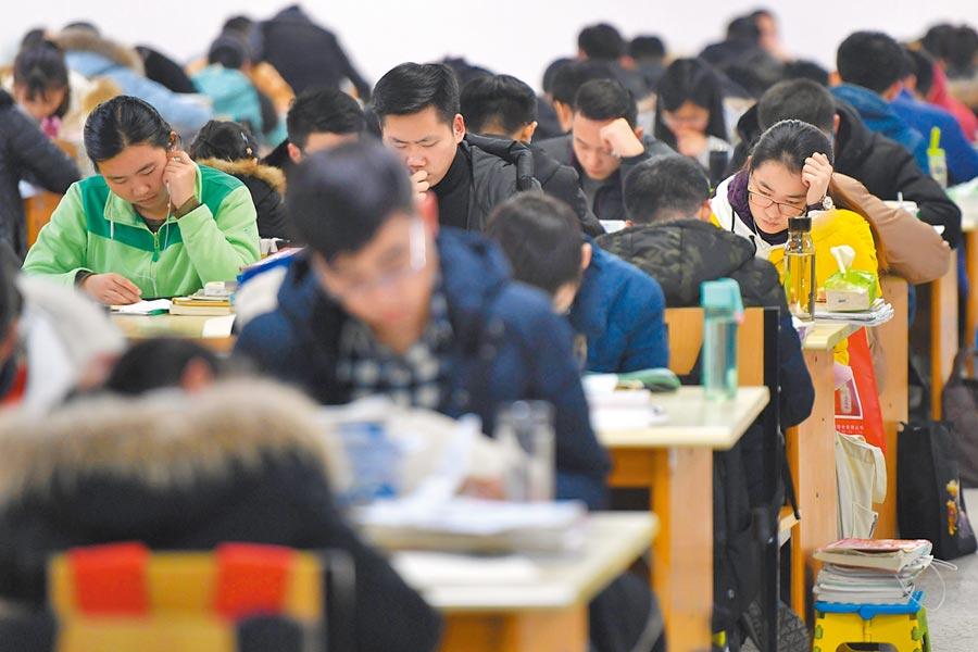 備考考生在安徽某學院圖書館內復習,為考研衝刺。(新華社資料照片)
