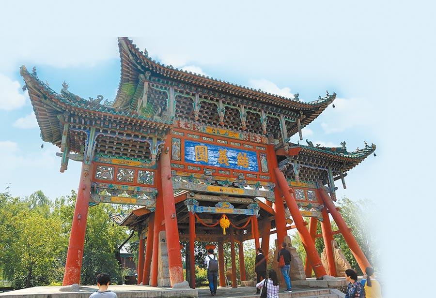 解州關帝廟裡的「結義園」是紀念桃園三結義的故事而建。(周麗川攝)