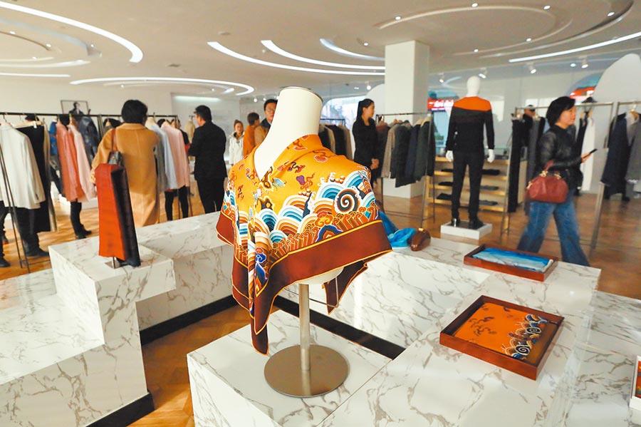 民眾在濟寧市的山東如意科技集團產品展示中心參觀。(新華社資料照片)
