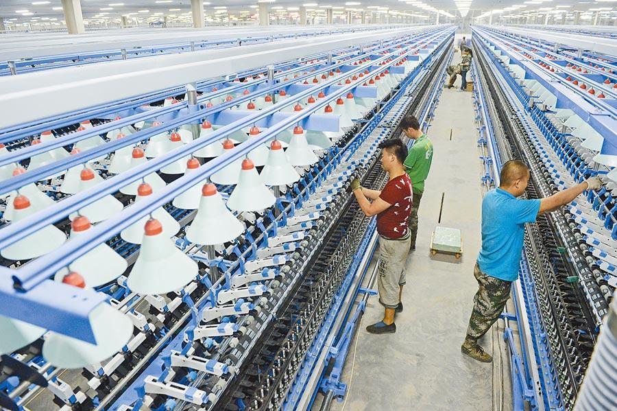 山東如意科技集團廠房內,工人在調試紡織設備。(新華社資料照片)