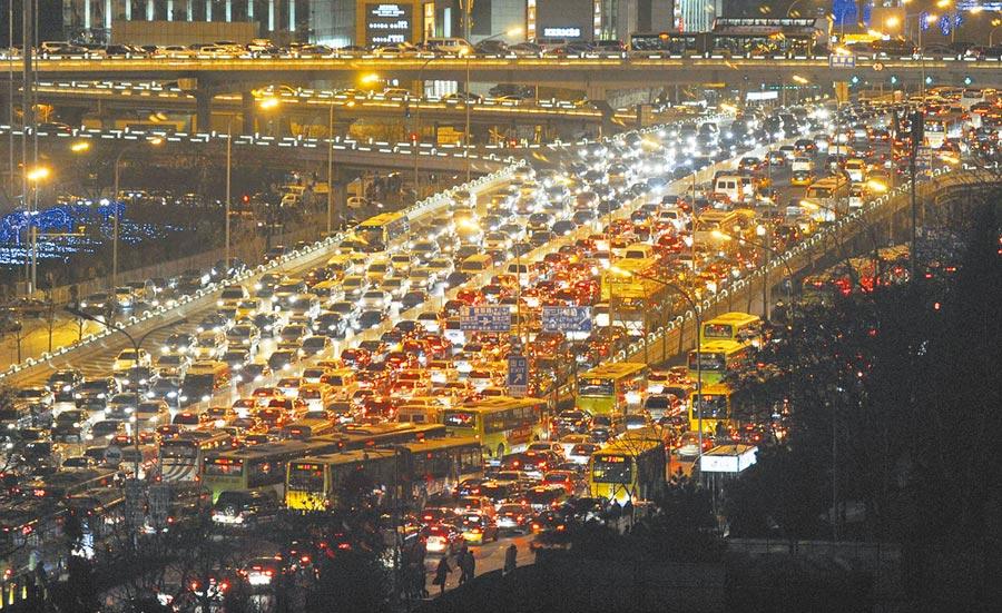 北京國貿橋大塞車變身停車場。(中新社資料照片)