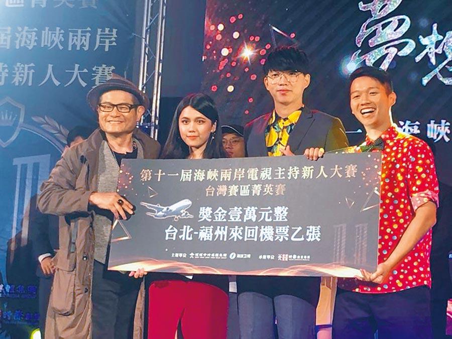 藝人許效舜(左起)頒發前3名優勝者蔡孟軒、蘇子朋、顏定瀚台北福州免費機票,3位將於11月28日赴福建參加總決賽。(記者林至柔攝)