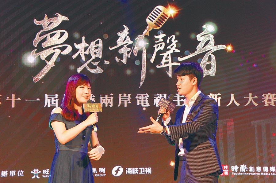 主播蔡尚樺(左)鼓勵台灣的青年拿出活潑個性的優勢。(記者林至柔攝)