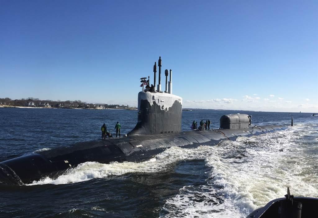 維吉尼亞級核動力攻擊潛艦「北達科他」號(USS North Dakota,SSN 784)2019年1月31日穿越泰晤士河(Thames River)的畫面。(美國海軍)