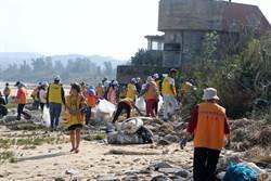 金門海岸秋季大淨灘  軍民清出10噸垃圾