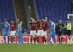 羅馬球迷沒品 遭裁判暫停比賽