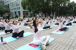 國泰金展現女力 邀數百靚女玩瑜珈