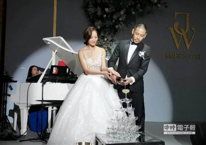 陈薇与老公德翔海运少东陈劭翔一起倒香槟塔。(图/记者张佩芬摄)