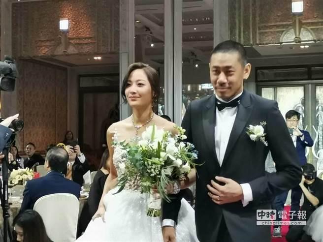 陈劭翔(右)与陈薇(左)步入礼堂画面。(图/记者张佩芬摄)