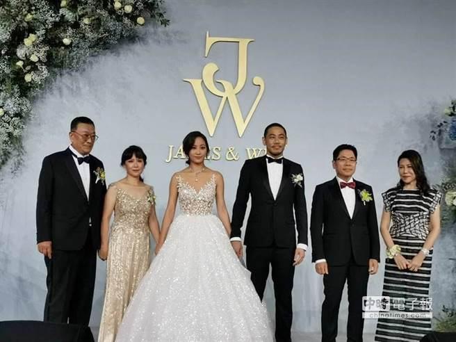 新人右侧为新郎家长陈德胜、庄壮丽夫妇,左侧为新娘家长陈启敬、高秀环夫妇。(图/记者张佩芬摄)