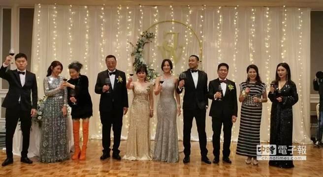 陈薇的长辈好友蓝心湄(左三)与陈美凤(右一)陪同到小宴会厅敬酒,左二为新郎姊姊陈依琦,左一为新娘弟弟。(喝酒请勿开车)(图/记者张佩芬摄)