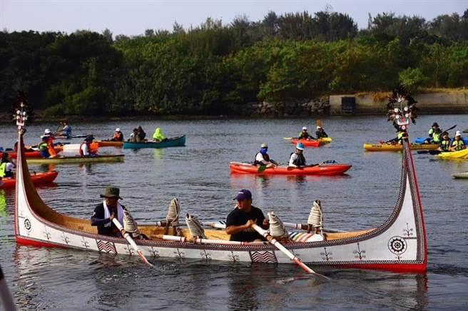 全台獨木舟船聚台南運河,連蘭嶼的「獨木舟」也現身。(程炳璋攝)