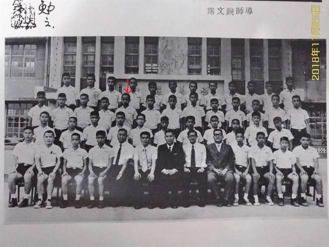 韓國瑜(箭頭標示處)在海山國中團體畢業照(李侑珊翻攝)