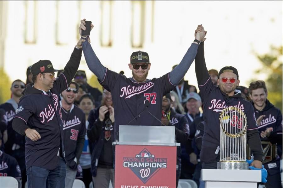 史崔斯柏格為世界大賽MVP,在封王遊行中接受歡呼。(美聯社)