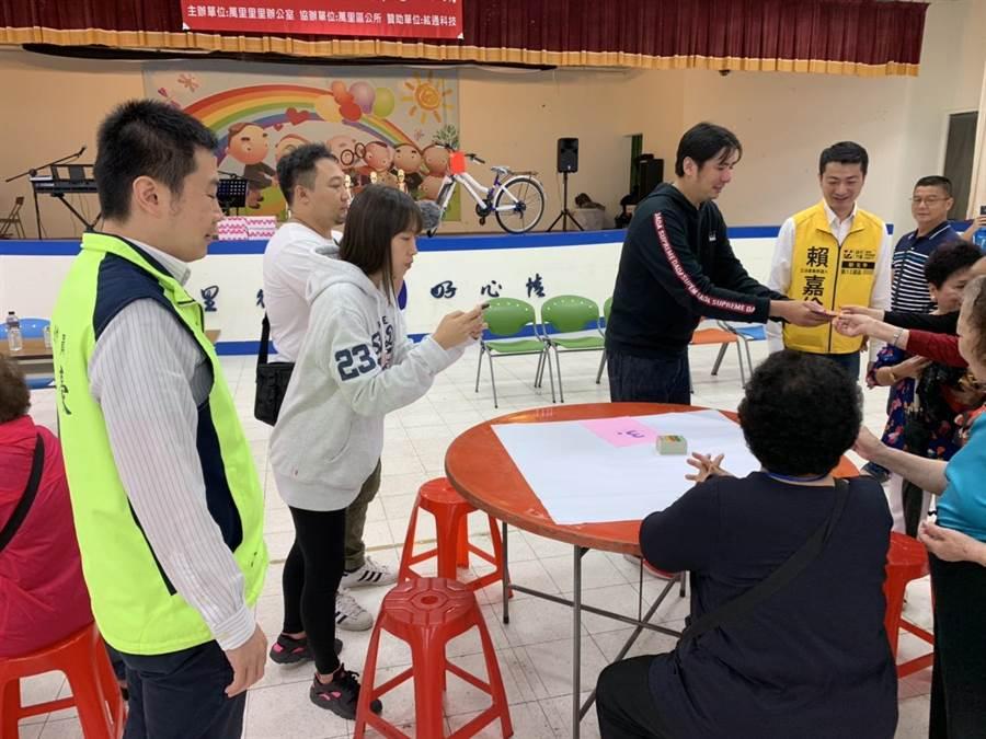 新北市議員張錦豪(左一),與萬里區萬里里長王傑倫(中黑衣)合辦「萬里區四色牌大賽」,現場來了數十位民眾,活動相當熱絡。(張睿廷攝)