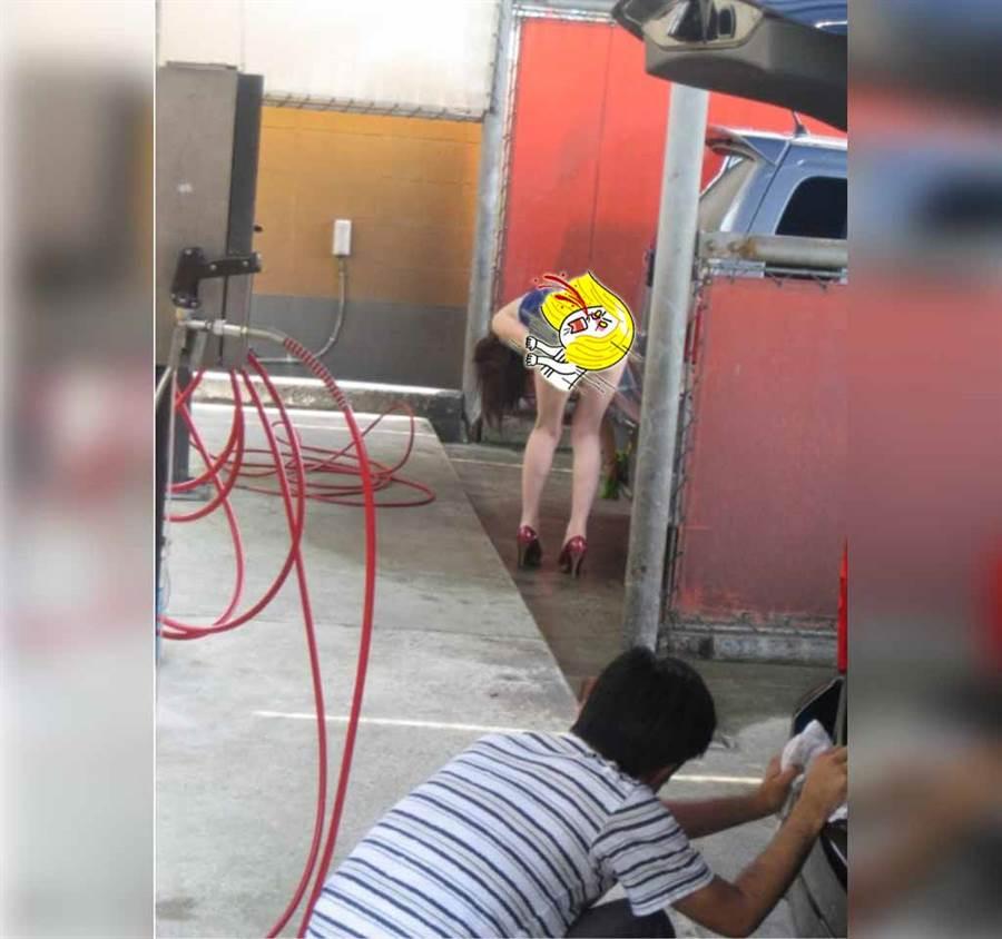 短裙妹90度洗車 邪惡畫面見光(圖/摘自臉書《爆廢公社公開版》)