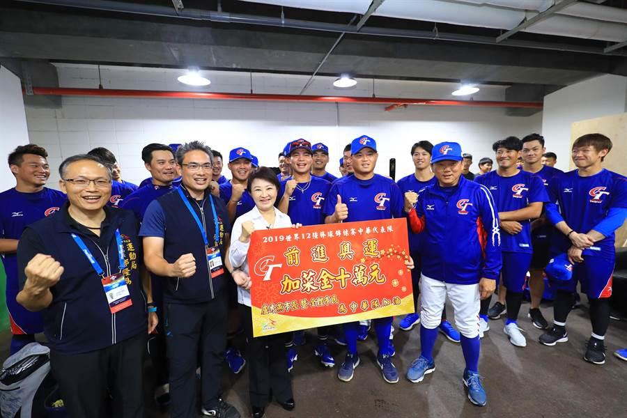 盧秀燕在運動局長李昱叡陪同下,除為中華隊加油,也關心選手練球及睡眠品質。她更致贈加菜金10萬元。(台中市政府提供/陳世宗台中傳真)