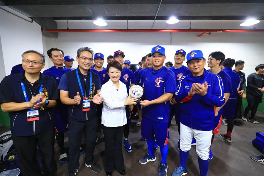 中華隊也回贈全隊簽名球給台中市長盧秀燕,盧還與現場球員一起呼喊「中華隊勝利!」,士氣高昂。(台中市政府提供/陳世宗台中傳真)