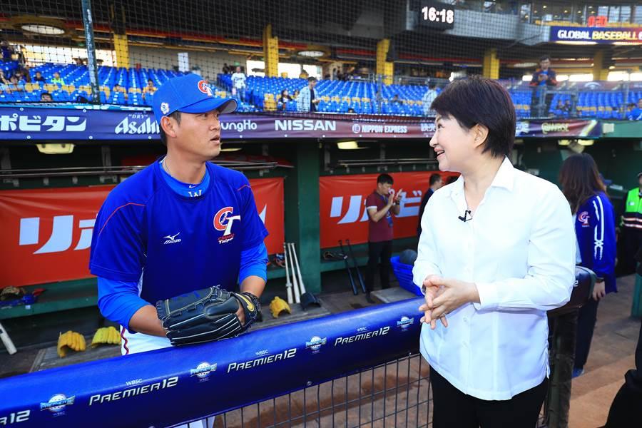 盧秀燕並向擔任中華隊牛棚教練的王建民,詢問投手訓練狀況以及食宿需求。(台中市政府提供/陳世宗台中傳真)