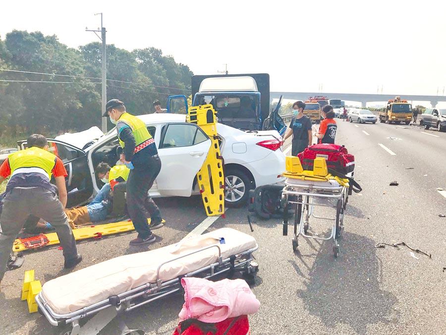 國道1號北上發生死亡車禍,白色轎車駕駛妻當場死亡,8個月大女嬰也因重傷在搶救中。(溪州消防分隊提供/吳敏菁彰化傳真)