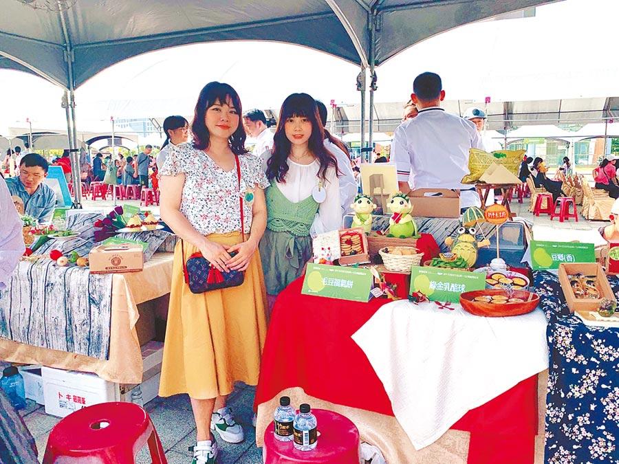 台南新市毛豆節2日舉辦毛豆創意甜點決賽,由張家綾(左)與張玉珍獲得金獎。(新市區農會提供/劉秀芬台南傳真)