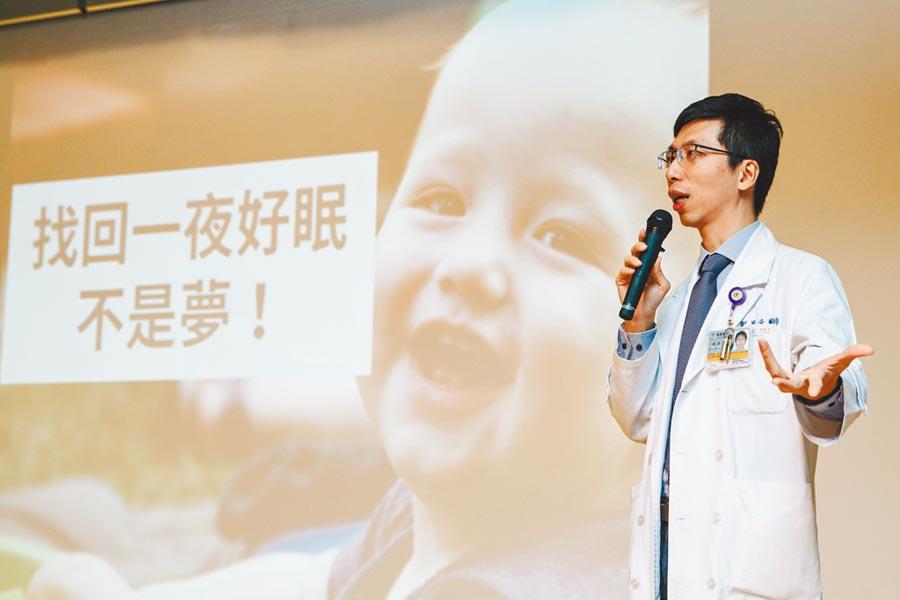 新光醫院胸腔科主治醫師鄭景元,以「打鼾及睡眠呼吸中止」為題演講,講座人潮爆滿,民眾熱情踴躍。(郭吉銓攝)