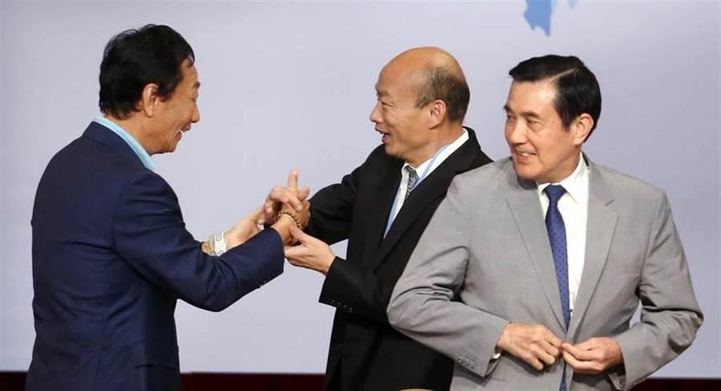 前總統馬英九(右)、高雄市長韓國瑜(中)與鴻海董事長郭台銘(左)握手打招呼。(圖/中時資料照,范揚光攝)