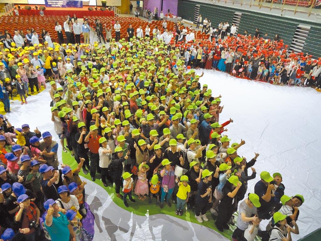 茂盛醫院11月3日舉辦試管寶寶世界博覽會,邀集3000位試管嬰兒家庭一同排成台灣與世界地圖,再次締造金氏世界紀錄。(馮惠宜攝)