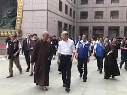韓國瑜抵中台禪寺參拜 見燈大和尚親迎
