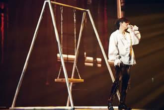 薛之謙再傳意外!演出摔落二米高舞台「表情痛苦」
