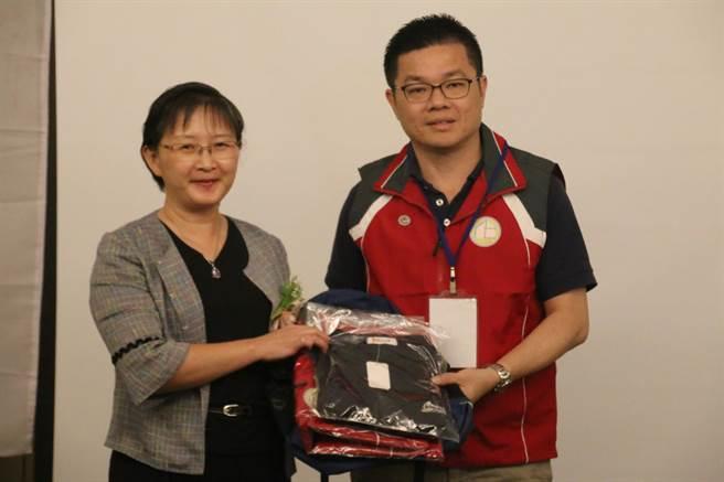 化學局副局長陳淑玲(左)頒贈學員訓練用品。(雲科大提供/許素惠雲林傳真)