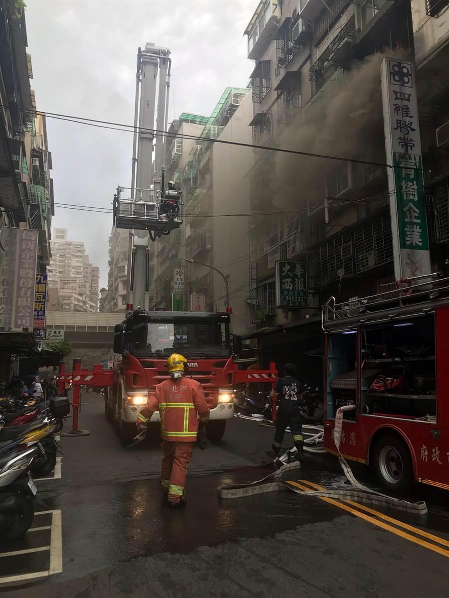 三重區過圳街某民宅3樓傳出火警。(戴上容攝)