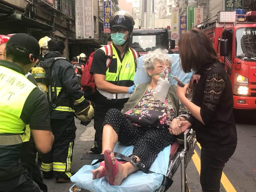 高齡90多歲的奶奶,雖飽受驚嚇,但意識清醒無大礙。(戴上容攝)