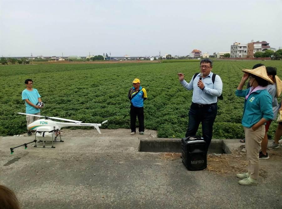 立委蘇治芬(右)提出農業政策,展示無人機噴灑農藥。(許素惠攝)