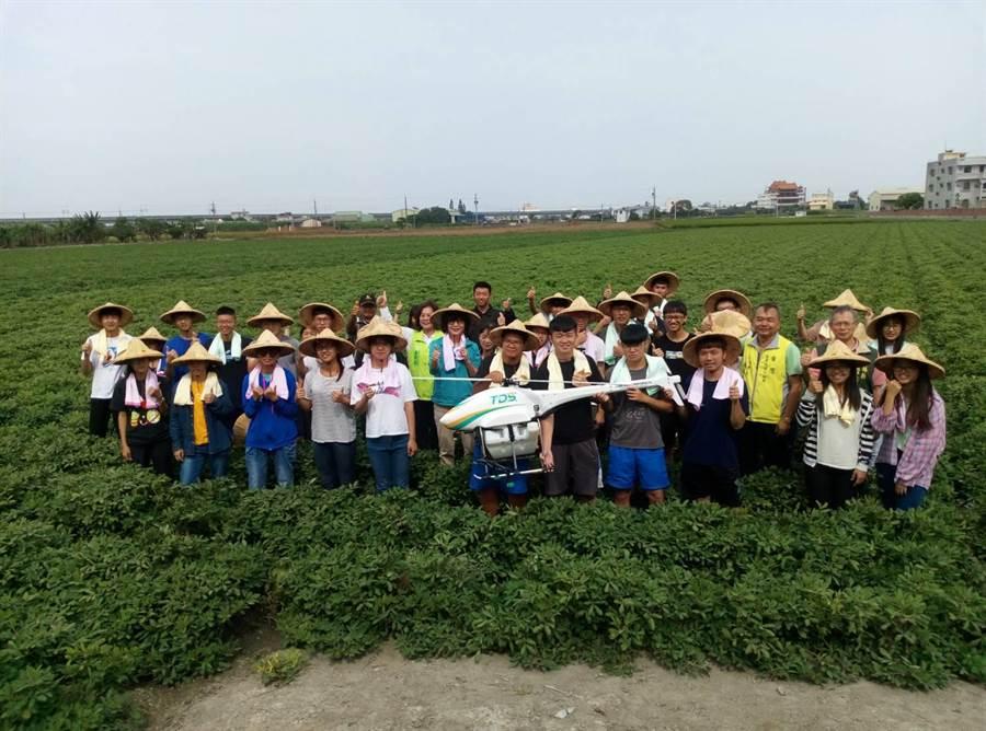 立委蘇治芬提出農業政策,展示無人機噴灑農藥,青農觀摩覺得從農有希望。(許素惠攝)