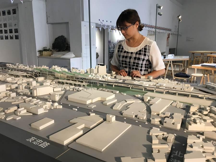 民眾參觀嘉義鐵路高架化計畫及都市縫合模擬示意圖。(廖素慧攝)