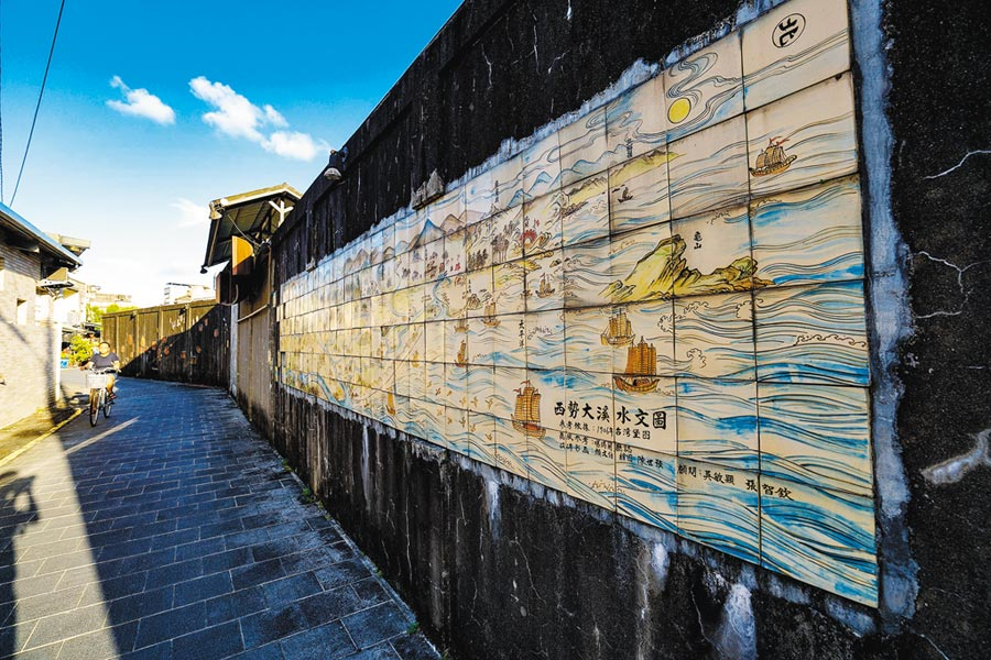 「光大巷藝術圍牆」是運用木雕、石雕、彩繪等工藝,讓原本 冰冷高聳的圍牆成為藝術空間。