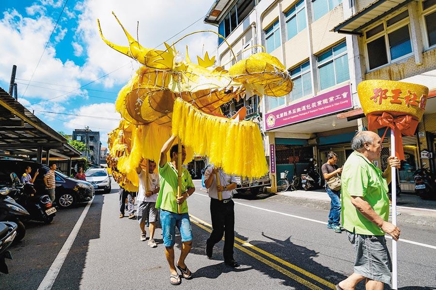 宜蘭市鄂王社區曾參考廟宇彩繪師曾水源的作品「鯉躍龍門」,集結社區力量打造12公尺長的金龍參加水燈節。