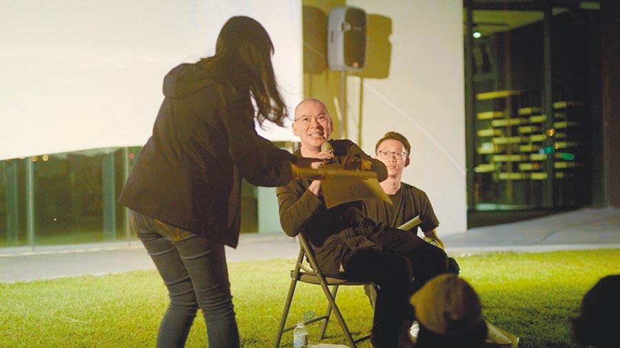 蔡明亮(中)在宜蘭壯圍沙丘舉辦影展,席間與觀眾分享交流。(汯呄霖電影提供)