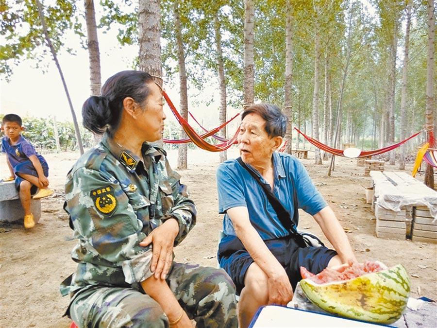 繆禮寅幫助「中國十大傑出母親」王璦麗爭取社會支援。(艾青青攝)