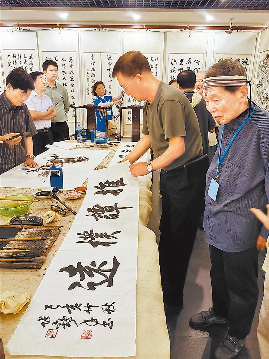 台灣友人與天津書畫界名家交流。(艾青青攝)