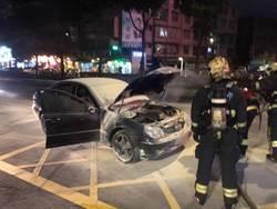 土城車頭突冒煙起火 駕駛急下車幸無人傷亡
