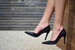 鞋子「黏黏的」!甜美女大生辦卡 遭變態業務員噴精