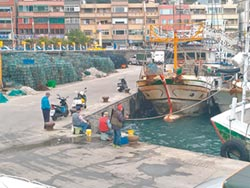 漁港垂釣亂象多 漁民不爽