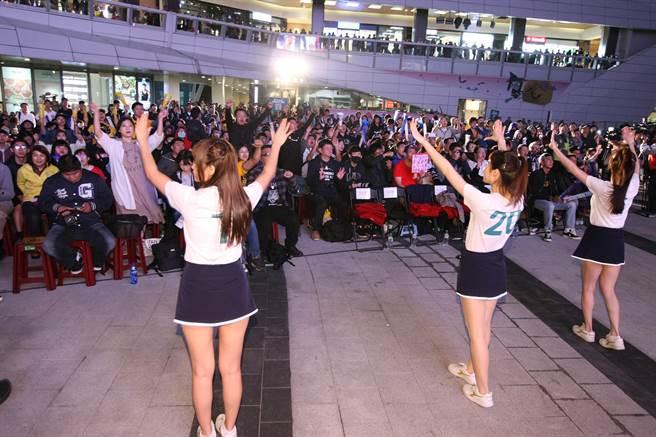 中國信託「世界12強直播派對」上千球迷集氣吶喊嗨翻南港。(中國信託提供/鄧心瑜傳真)
