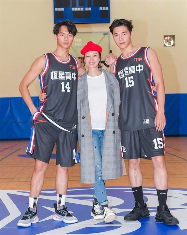 潘慧如(中)前後飾演宋緯恩(右)與吳念軒的媽媽。盧禕祺攝