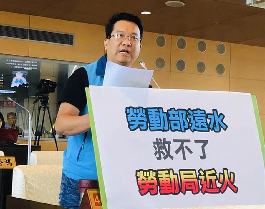 青年勞動權益拉警報,市議員陳文政今天為青年勞動權益請命。(陳世宗攝)