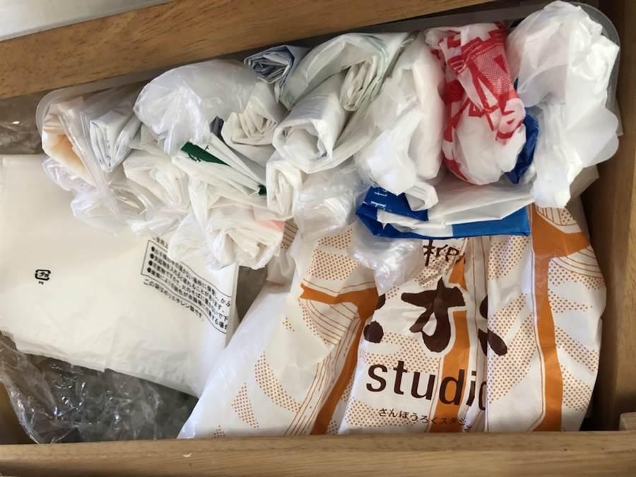 日本大多零售業免費提供購物塑膠袋,以致許多家庭塑膠袋多到無處收。(黃菁菁攝)